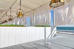 Het Binnenland van het Seaviewrestaurant Wit Terras met Houten Meubilair Royalty-vrije Stock Foto