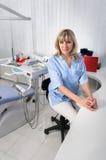 Het binnenland van het tandartsbureau met vrouwelijke arts royalty-vrije stock afbeelding