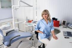Het binnenland van het tandartsbureau met vrouwelijke arts Stock Foto