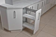 Het binnenland van het huis Keuken - Geopende Deur met Meubilair Hout en het Materiële, Moderne Ontwerp van Chrome stock afbeelding