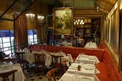 Het binnenland van Koffieprocope in Parijs met portretten van beroemde schrijvers en revolutionnary politici Benjamin Franklin, J Royalty-vrije Stock Foto's