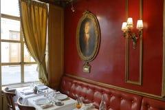 Het binnenland van Koffieprocope in Parijs met portretten van beroemde schrijvers en revolutionnary politici Benjamin Franklin, J Stock Afbeelding