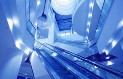 Het binnenland van leeg winkelcomplex stemde in blauw Stock Foto
