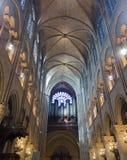 Het binnenland van Notredame de paris stock afbeeldingen