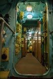 Het binnenland van het onderzeese compartiment met apparaten van controle stock afbeelding