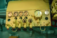 Het binnenland van het onderzeese compartiment met apparaten van controle stock foto's