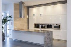 Het binnenland van ontwerpers - Minimalistische keuken Royalty-vrije Stock Foto's