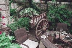 Het binnenland van het restaurantbalkon met uitstekende houten wagen stock afbeelding