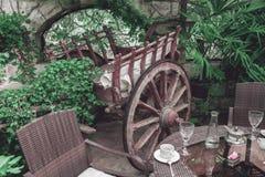 Het binnenland van het restaurantbalkon met uitstekende houten wagen stock fotografie