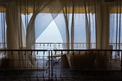 Het Binnenland van het Seaviewrestaurant Witte Terras of Veranda met Gescheiden Cabines onder Tent en Witte Gordijnen Royalty-vrije Stock Fotografie