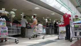 Het binnenland van supermarkt met bewerkt lijn en cutomers in rijen stock videobeelden