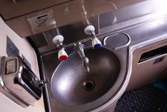 Het binnenland van het toilet op de trein Details en close-up royalty-vrije stock afbeelding