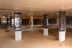 Het binnenland van het verlaten restaurant op de middenweg tussen Riyadh en Jeddah, Saudi-Arabië stock afbeelding