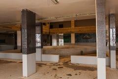 Het binnenland van het verlaten restaurant op de middenweg tussen Riyadh en Jeddah, Saudi-Arabië stock foto's