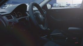 Het Binnenland van het voertuig Sluit omhoog van auto binnenlands, srteering wiel Langzame Motie stock video