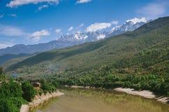 Het binnenlandplatteland China heeft rivier en berg stock foto's