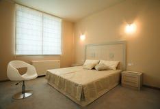 Het binnenlandse ontwerp van de elegante en luxeslaapkamer. Stock Fotografie