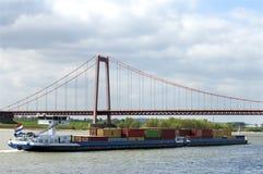 Het binnenlandse verschepen op rivier Rijn en Rijn-Brug stock afbeelding