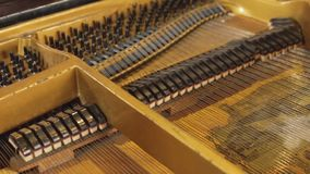 Het binnenmechanisme van de pianopiano stock footage