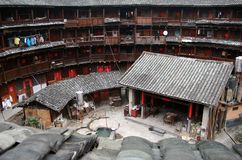 Het binnenstee gedeelte van rond tulou` aarden huis `, traditionele communale woonplaats van Hakka-mensen, China stock fotografie