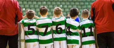 Het Binnenvoetbal Team Standing Together van jonge geitjesfutsal met Leraar stock foto's