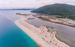 Het binnenwater wordt gescheiden van het turkooise overzees door een zandig spit stock fotografie