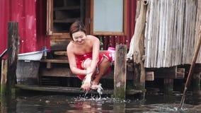Het Birmaanse Lokale Leven bij Drijvend Dorp, Inle-meer, Myanmar - 17 November 2017 stock videobeelden