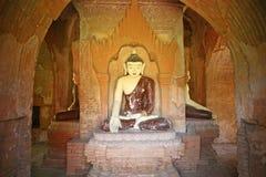Het Birmaanse standbeeld van Boedha stock afbeelding