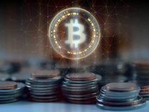 Het Bitcoinbtc hologram hangt meer dan stapel regelmatige muntstukken met gloed getelegrafeerde netwerkachtergrond stock fotografie
