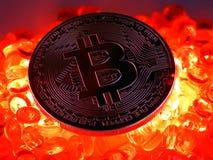 Het Bitcoinmuntstuk bovenop het roodgloeiende branden slaat royalty-vrije stock foto