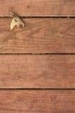 Het blad van de daling op deckboards Stock Fotografie