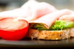Het blad van de de tomatensalade van de sandwichham op plaat Stock Afbeelding