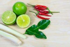 Het blad van de Kaffirkalk, citroen, galangal citroengras, Spaanse peper Stock Fotografie