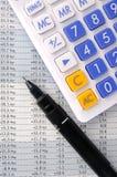 Het blad van gegevens, pen en calculator Stock Foto's