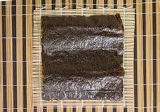 Het blad van het Norizeewier klaar om sushi te maken Stock Afbeeldingen