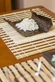 Het blad van het Norizeewier met rijst hierboven om sushi te maken Royalty-vrije Stock Foto