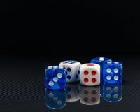 Het blauw en het wit dobbelen op de glanzende zwarte achtergrond Royalty-vrije Stock Fotografie