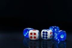 Het blauw en het wit dobbelen op de glanzende zwarte achtergrond Royalty-vrije Stock Afbeelding