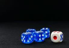Het blauw en het wit dobbelen op de zwarte fluweeloppervlakte Royalty-vrije Stock Foto's