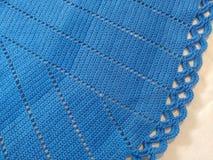 Het blauw haakt tafelkleed stock afbeeldingen