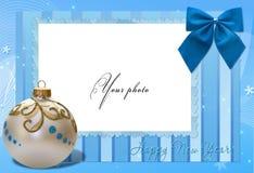 Het blauw van het frame met Kerstmisbal Stock Afbeeldingen