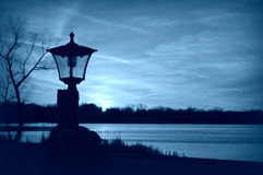 Het Blauw van het Lampostsilhouet Stock Foto