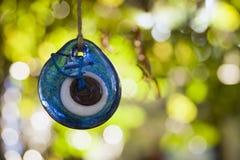 Het blauwe amulet hangen op een boom stock afbeeldingen