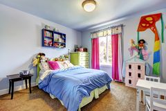 Het blauwe binnenland van de meisjesslaapkamer. De ruimte van het kind. royalty-vrije stock fotografie