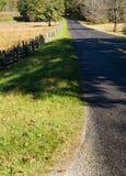 Het blauwe Brede rijweg met mooi aangelegd landschap van de Rand Stock Foto's