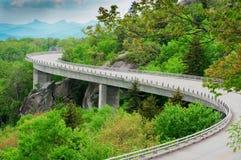 Het blauwe Brede rijweg met mooi aangelegd landschap van de Rand stock foto