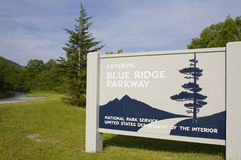 Het blauwe Brede rijweg met mooi aangelegd landschap van de Rand Stock Afbeeldingen
