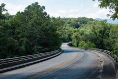 Het blauwe Brede rijweg met mooi aangelegd landschap van de Rand stock fotografie