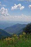 Het blauwe Brede rijweg met mooi aangelegd landschap van de Rand, Noord-Carolina Stock Foto
