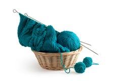 Het blauwe breien en clews in de mand Royalty-vrije Stock Fotografie